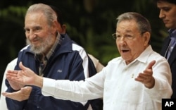 FILE - Cuba's President Raul Castro (r) next to his brother and former President Fidel Castro during the closing ceremony of the Cuban Communist Congress in Havana, April 19, 2011