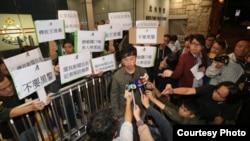 王俊龍獲釋後接受媒體採訪(蘋果日報照片)