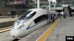 北京南站待发的和谐号高速动车(资料照 美国之音王南拍摄)