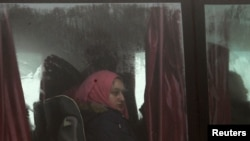 在阿勒颇乘大巴撤离的叙利亚平民。