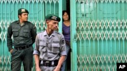 Polisi Syariah Aceh menjaga restoran yang hanya boleh dibuka untuk konsumen non-Muslim selama bulan Ramadhan di sana (foto: ilustrasi).