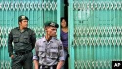 Endonezya'da Şeriat polisi Ramazan'da gayrimüslimlere hizmet veren restorana Müslümanlar'ın girmemesi için kapıda bekliyor.