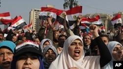 埃及人星期三聚集在開羅的解放廣場紀念起義一週年。