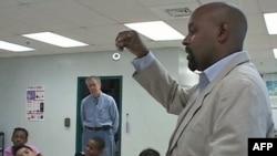 Öğretmen Fred Tenyke fen bilimleri dersinde ders anlatırken