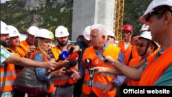 Crnogorski premijer Duško Marković odgovara na pitanja novinara posle obilaska autoputa (gov.me)