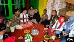 Sejumlah warga berkunjung dan berdialog dengan orang tua almarhum Riyanto di rumahnya di Kota Mojokerto (foto VOA/Petrus Riski).