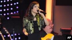 Natalia Lafourcade rinde tributo a Caetano Veloso en el coliseo MGM Garden Arena de Las Vegas.
