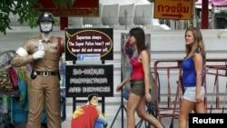 Wisatawan di daerah turis Khao San di Bangkok, Thailand. (Foto: Reuters/Sukree Sukplang)