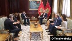 Crnogorski predsjednik Milo Đukanović i zamjenik pomoćnika američkog državnog sekretara Metju Palmer tokom susreta u Podgorici (rtcg.me)