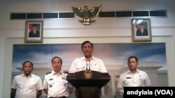 Menkopolhukam Luhut Panjaitan menjelaskan penguatan BNPT, Bakamla dan BNN di kantor Presiden di Jakarta, 21 September 2015 (Foto: VOA/Andylala)