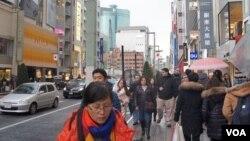 Khách du lịch trên đường phố Nhật Bản. Hình minh họa.