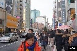 访日中国游客今年倍增的形势令日本广泛期待中国民间对改善中日关系起作用(美国之音歌篮拍摄)