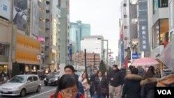訪日中國遊客近年倍增的形勢令日本廣泛期待中國民間對改善中日關係起作用 (美國之音歌籃拍攝)