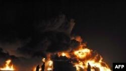 Пожарные пытаются потушить один из подожженых боевиками бензовозов.