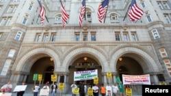 Des manifestants se tiennent à l'extérieur du Trump International Hotel qui a ouvert ses portes lundi 12 septembre 2016, à Washington D.C.