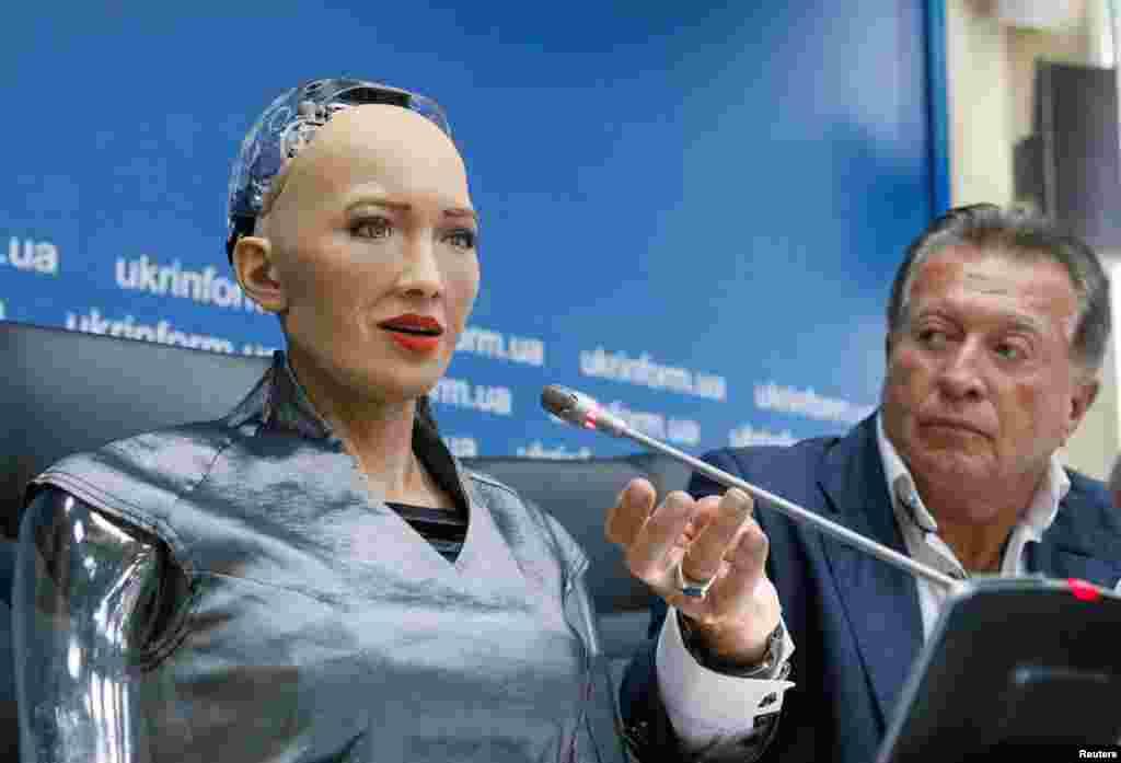 한손 로보틱스의 최첨단 로봇 '소피아'가 우크라이나 키예브에서 기자회견을 하고 있다. 2016년 3월에 공개된 소피아는 인공지능 로봇 최초로 유엔에서 연설하며 성공적인 데뷔식을 마친 바 있다.