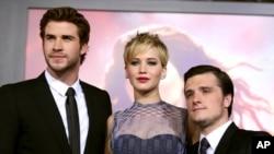 """Liam Hemsworth, Jennifer Lawrence, et Josh Hutcherson lors de la sortie de """"The Hunger Games: Catching Fire"""" le 18 novembre 2013 a Los Angeles. Source : AP"""