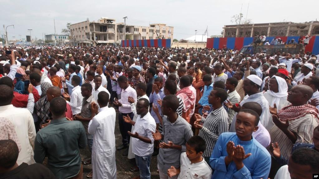 成千上万索马里人在摩加迪沙集会为炸弹袭击的死难者祈祷