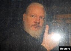 Julian Assange es visto por unos como un héroe por exponer lo que sus simpatizantes ven como abuso de poder por parte de los estados modernos y por defender la libertad de expresión. Otros lo aborrecen y ven como un rebelde peligroso que ha socavado la seguridad de Estados Unidos.