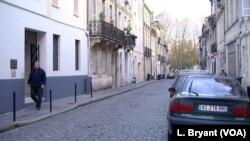 Seorang pria berjalan melewati masjid utama Bordeaux yang terlibat dalam program pencegahan radikalisasi.