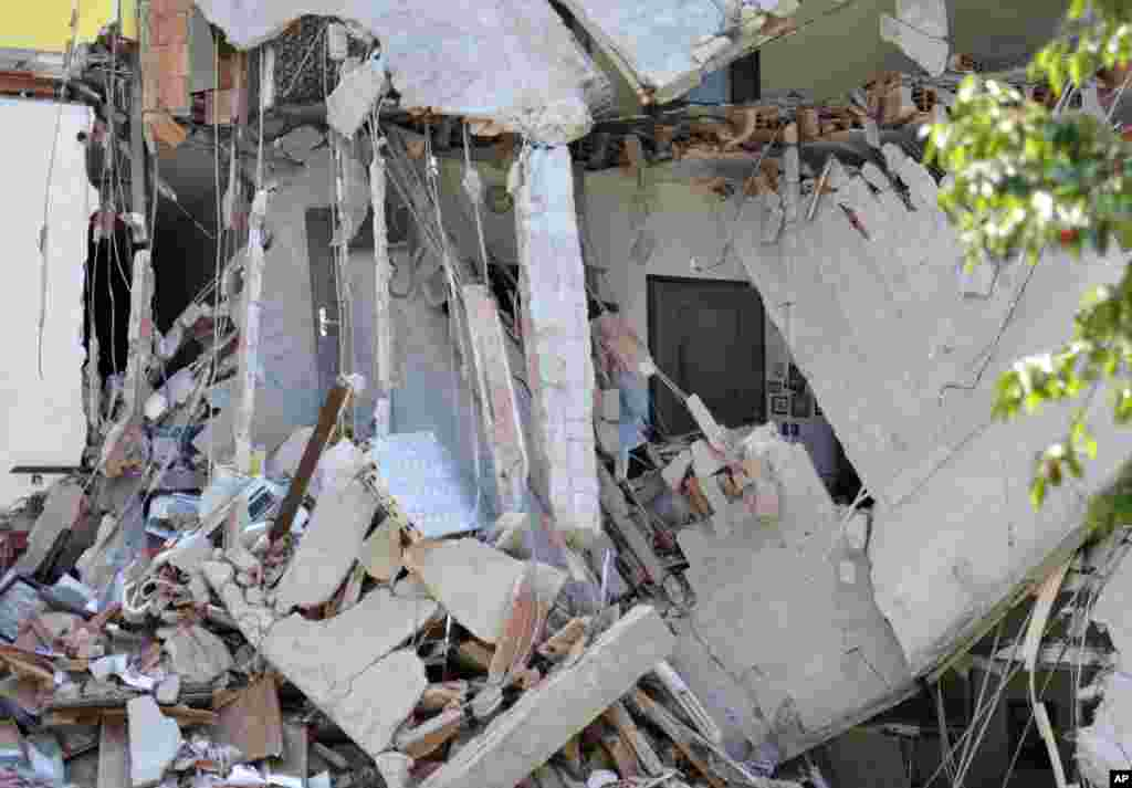 A collapsed building is seen in Cavezzo, northern Italy, May 29, 2012.