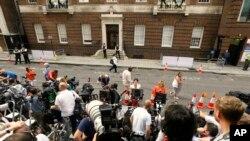 媒体记者在小王子诞生的医院门外等候