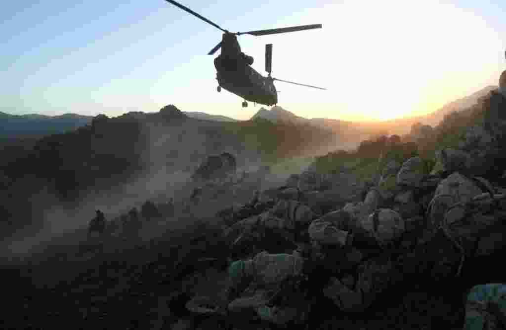 ژوئیه ۲۰۰۶ - جنگ بین طالبان و جنگجویان القاعده، با نیروهای دولت افغانستان شدت پیدا می کند.