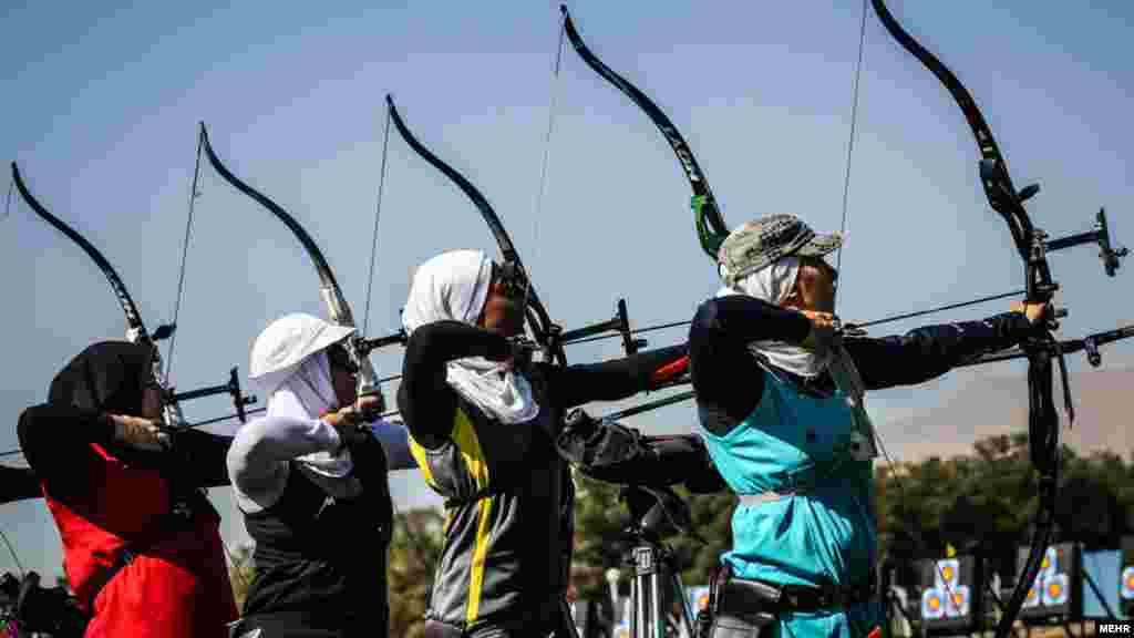 زنان تیرانداز ایرانی در هفته اول مسابقات لیگ تیراندازی با کمان، که در ورزشگاه آزادی برگزار شد عکس: فاطمه بهبودی، مهر