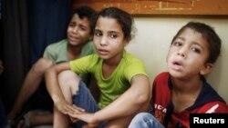 Anak-anak Palestina yang melarikan diri dari penembakan artileri yang mengenai sekolah PBB, duduk di sebuah rumah sakit di Beit Hanoun di sebelah utara Jalur Gaza (24/7).