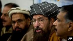 巴基斯坦教士萨米-乌尔-哈克(右二)与前巴基斯坦情报主管哈米德·古尔(左)在伊斯兰堡的一次记者会上讲话。(2014年2月3日)