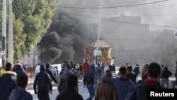 Affrontements entre manifestants et policiers anti-émeutes lors d'une protestation contre le chômage et le maque de projets de développement, à Ben Guerdane, Tunisie, le 12 janvier 2017.