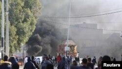 Affrontements entre manifestants et policiers anti-émeute lors d'une manifestation contre le chômage, à Ben Guerdane, en Tunisie, le 12 janvier 2017