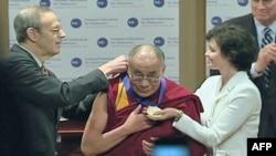 达赖喇嘛接受全国民主基金会颁奖