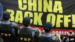 Người Philippines biểu tình chống Trung Quốc bên ngoài Lãnh sự quán Trung Quốc tại khu tài chính của thành phố Makati, phía đông Manila.