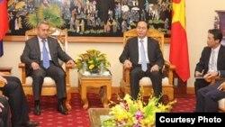 Bộ trưởng Công an Trần Đại Quang (phải) tiếp ông Fetisov Andrey Alexandrovich (trái), quan chức cấp cao của Cục An ninh Liên bang Nga (FSB) tại Hà Nội ngày 14/3/2016. Web screenshot cand.com.vn