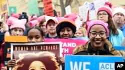 Những người tham gia cuộc Tuần hành của Phụ nữ ở Washington trên Đại lộ Độc lập ở Washington, trong ngày đầu tiên của nhiệm kỳ tổng thống của ông Donald Trump.