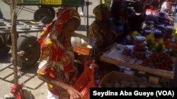 Fatou Diallo, vendeuse de fruits saisonniers, Dakar, 5 mars 2019. (VOA/Seydina Aba Gueye)