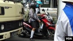 Pelajar SMP di Solo mengendarai sepeda motor ke sekolah. (VOA/Yudha Satriawan)