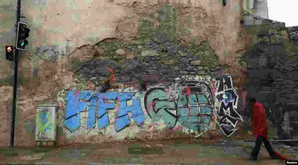 برازیل کے شہروں میںفٹبال عالمی کپ کے حق اور مخالفت میں دیواروں پر مختلف نقش و نگار دکھائی دیتے ہیں۔