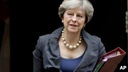 Dos hombres que planeabanlanzar algún tipo de artefacto explosivo improvisado contra la residencia de la primera ministra Theresa May, .han sido capturados