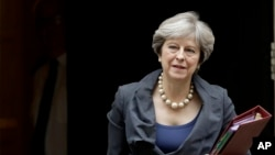 Perdana Menteri Inggris, Theresa May, meninggalkan 10 Downing Street di London untuk menghadiri pertemuan di Parlemen, 11 Oktober 2017.