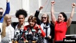 Avoka Gloria Allred (mitan, nan mikwo) kanpe bò kote kèk fanm viktim ki akize Bill Cosby pou atak seksyèl aprè yon jiri te deklare li koupab nan yon pwosè ki dewoule nan vil Norristown, Awondisman Montgomery, Eta Pennsilvani, 26 avril 2018.