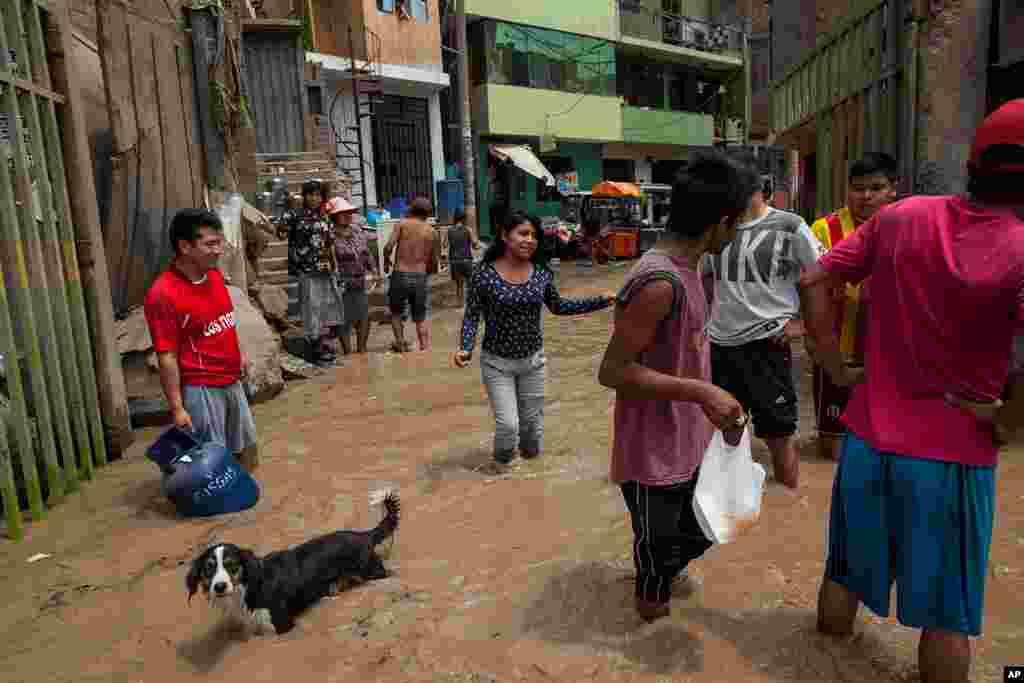 طوفانی بارشوں اور سیلاب سے سینکڑوں لوگ بے گھر ہو گئے۔