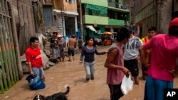 Los vecinos trabajan para salvar las pertenencias de su casa inundada en Lima, Perú, el jueves 16 de marzo de 2017. Los vecinos trabajan para salvar las pertenencias de su casa inundada en Lima, Perú, el jueves 16 de marzo de 2017.