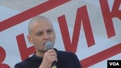 烏達里佐夫在2012年7月莫斯科市中心的一次反政府集會上發表講話 (美國之音白樺拍攝)