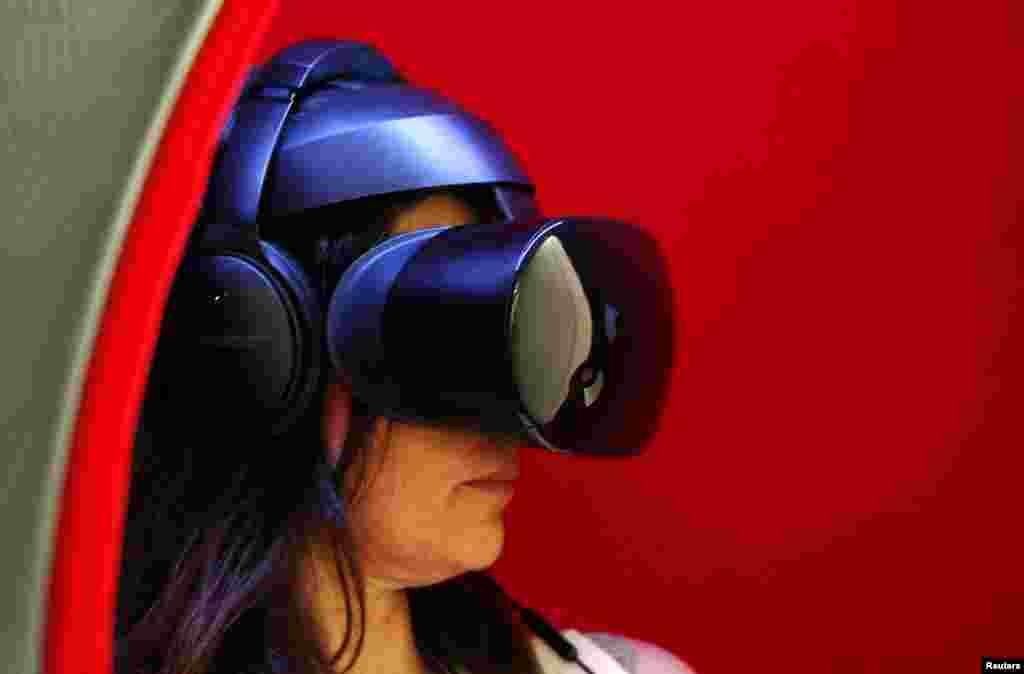 هفتاد و یکمین جشنواره فیلم کن در فرانسه و این زن که یک دوربین واقعیت مجازی بر چشم دارد.