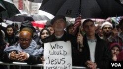 Manifestantes apoyan en Nueva York a la comunidad musulmana estadounidense.