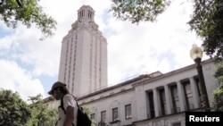 在美国德克萨斯大学奥斯汀分校,有学生走过钟楼(资料照)