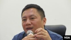 中国六四民运领袖王丹在新书发表会上讲话(美国之音张永泰拍摄)