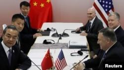美國國務卿蓬佩奧(右)與中國外長王毅(左)2019年8月1日在泰國曼谷舉行的東盟外長會議期間舉行會晤。